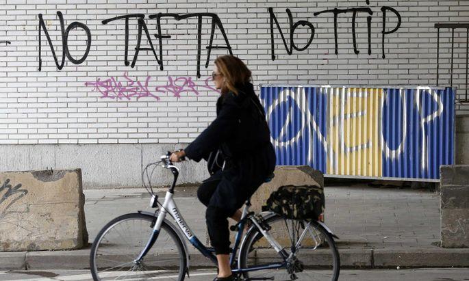 Seit zwei Jahren warnt ein Graffiti nahe der EU-Kommission in Brüssel vor der Zusammenarbeit mit den USA.