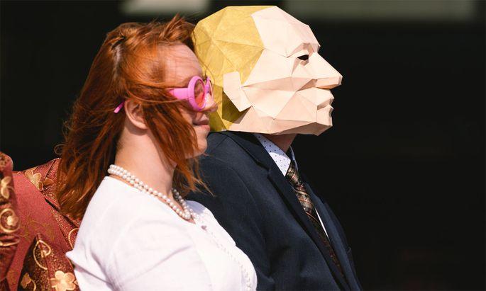 Putin-Gegner in Köln bei einer Performance.