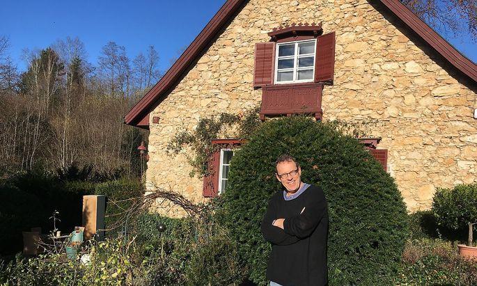 Herbert Steinböck vor dem steinernen Waldhaus in Kirchberg.