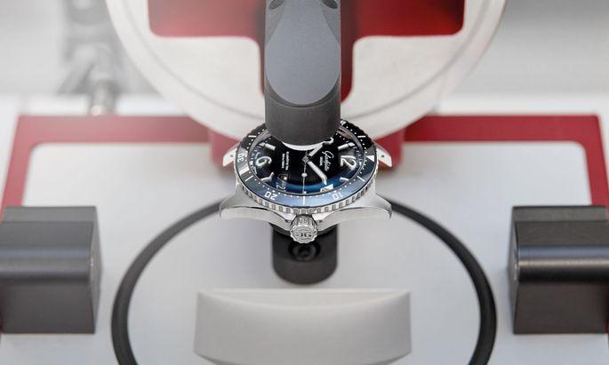 Diese Uhr erfüllt nicht nur die strengen DIN- und ISO-Normen für Taucheruhren, sondern muss auch das aufwendige interne 24-tägige Testverfahren erfolgreich durchlaufen. Ein individuelles Zertifikat dokumentiert diese Prüfung.
