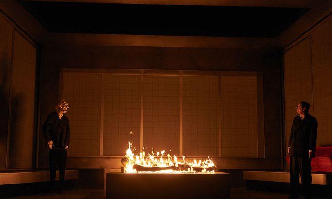 Schockierende Bilder aus dem Krematorium und großartiges Schauspiel (Links, Sabine Haupt, rechts Michael Maertens).