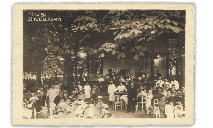 Ein Sonntag im Schweizerhaus im Jahr 1923: Das Orchester Wacek spielte , die fein gekleideten Besucher aßen damals noch keine Stelze.
