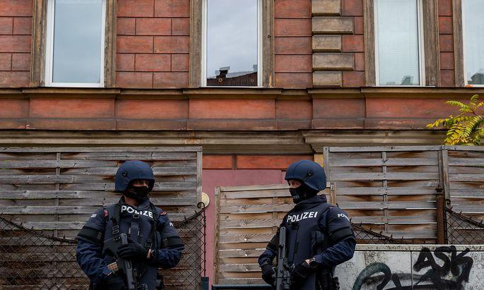 Polizeibeamte im Rahmen einer Hausdurchsuchung , die im Zusammenhang mit dem Anschlag in Wien steht.