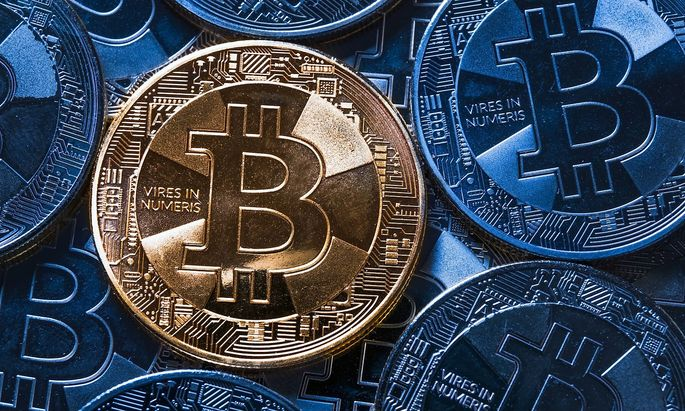 Bitcoin goldene Sammlermuenze der digitalen Cryptowaehrung virtuelles Zahlungsmittel auf Blockchai