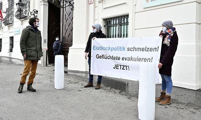"""Zwei Eisblöcke vor dem Kanzleramt sollen die """"eiskalten Schultern"""" des Bundeskanzlers symbolisieren."""
