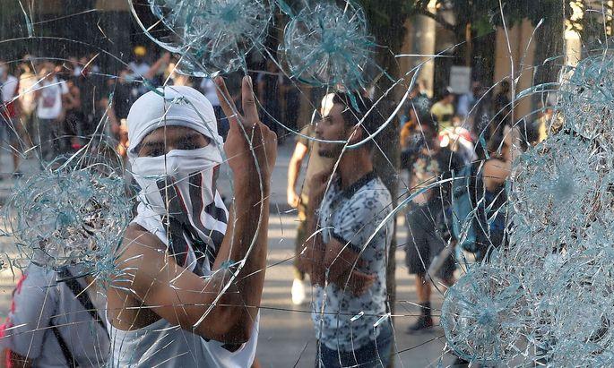 Ein Demonstrant am Sonntag beim Beiruter Hafen, dem Schauplatz der Explosion vergangene Woche