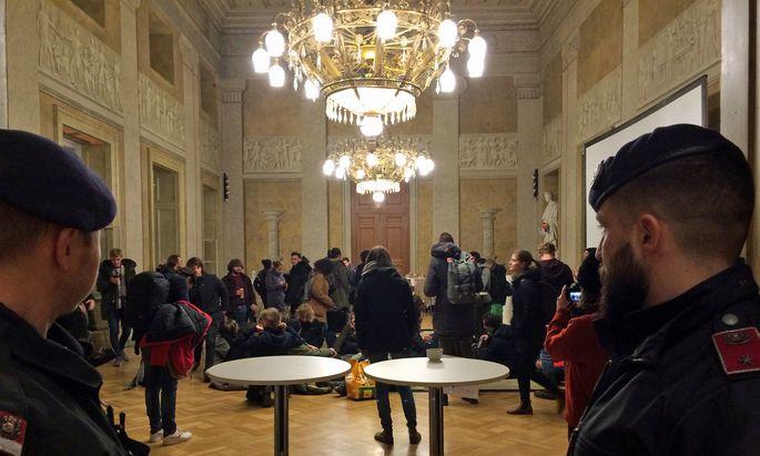 Die Polizei räumte noch vor 22 Uhr den Festsaal der TU Wien.