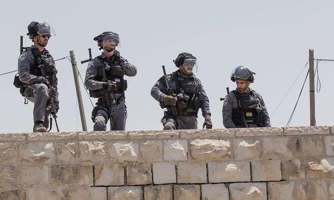 Die israelische Polizei sichert den Tempelberg in Israel, der für Muslime und Juden ein heiliger Ort ist.