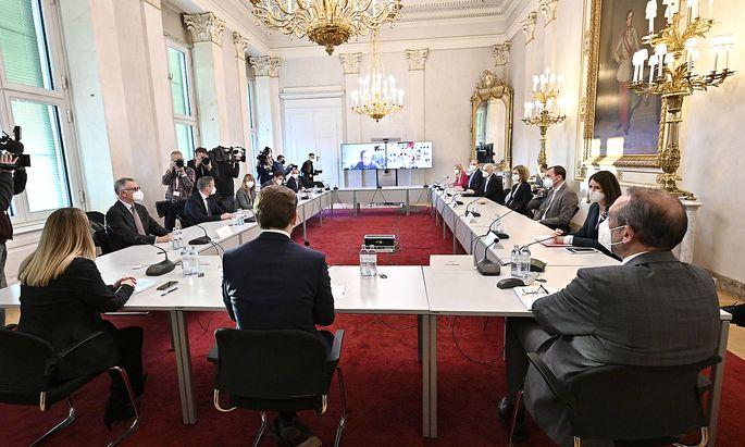 Runder Tisch der Impfstoffhersteller mit Wirtschaftsministerin Schramböck, Kanzler Kurz und Wissenschaftsminister Faßmann.