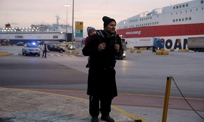 Ein Flüchtling im Hafen von Piräus.