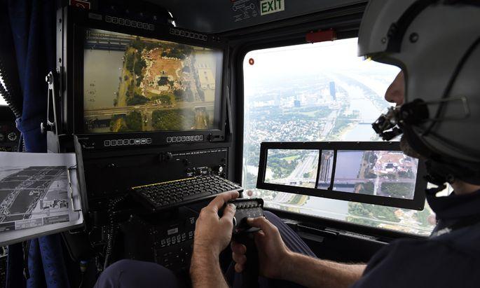 Der Sicherheitsmonitor zeigt Kriminalität quasi live an. (Bild: Ein Wega-Beamter während eines Kontrollflugs über der Donauinsel.)