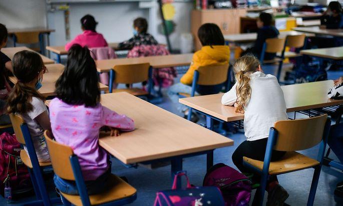 Viele Schüler und Eltern stellen sich am Schulschluss eine Frage: Könnten die Schulen im Herbst wieder zusperren?
