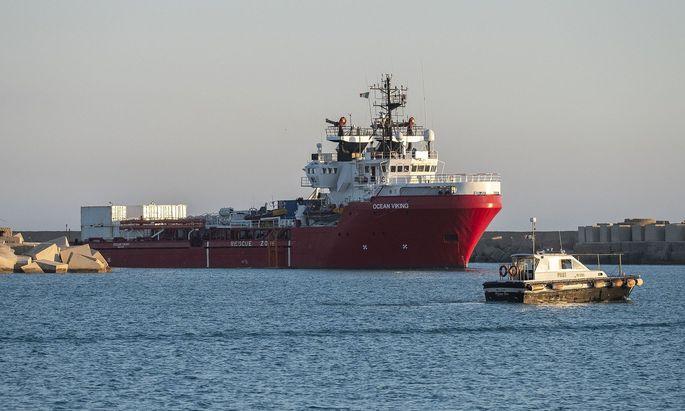 """Das Rettungsschiff """"Ocean Viking"""" soll nach stundenlanger Suche am Donnerstag an der Unglücksstelle nordöstlich von Tripolis eingetroffen sein. (Archivbild)"""