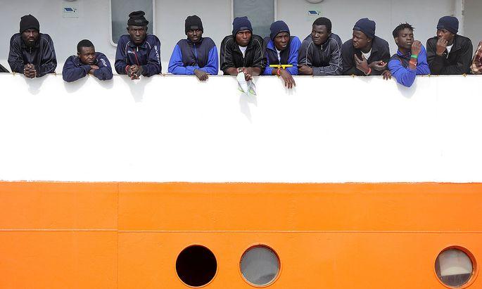 """Die Migranten an Bord der """"Aquarius"""" sollen schließlich in Spanien an Land gehen dürfen."""