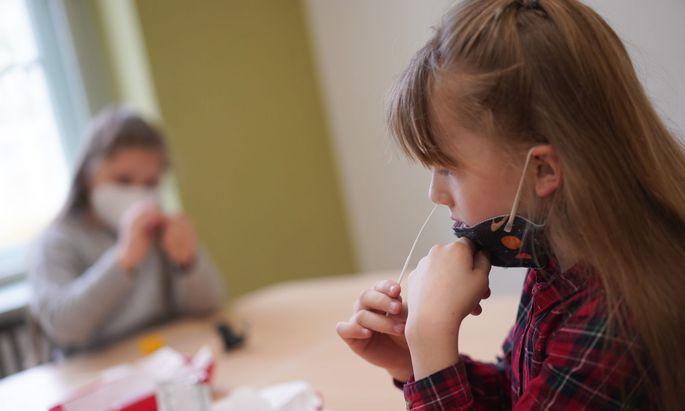 Am Unterricht teilnehmen darf weiterhin nur, wer regelmäßig einen Antigenschnelltest macht. Zusätzlich dazu sollen PCR-Tests durchgeführt werden, so der Appell.
