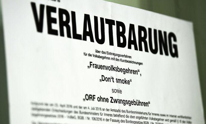Ein Plakat mit den Verlautbarung für die Volksbeghren am Montag, 1. Oktober 2018, in einen Amtshaus in Wien.