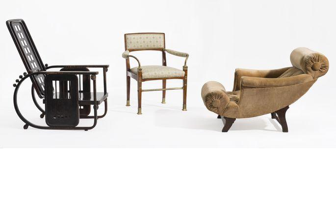 """Drei Sessel, drei Architekten: Josef Hoffmanns berühmte """"Sitzmaschine"""", ein Armlehnstuhl Otto Wagners und der Adolf Loos'sche """"Knieschwimmer""""."""