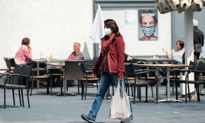 Wegen ansteigender Infektionszahlen gilt seit Dienstag an bestimmten öffentlichen Orten im Bregenzerwald und in Lustenau eine Test- und Maskenpflicht. Die hohen Zahlen seien aber nicht direkt auf die Öffnungen in der Gastronomie zurückzuführen, teilt das Gesundheitsministerium mit.