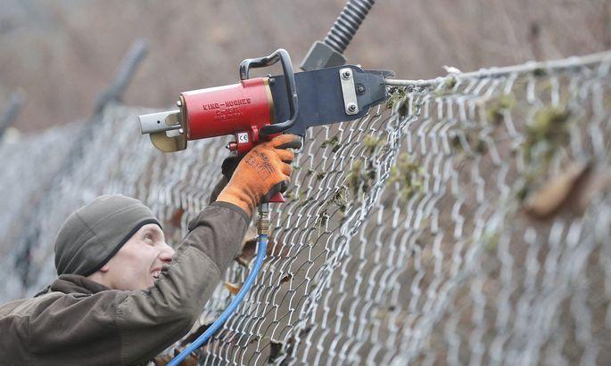 Spielfeld: Zaun wird 8-Meter-Lücke haben