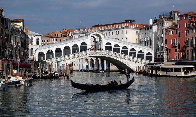 Die Touristenhochburg Venedig gehört zu jenen Gebieten Norditaliens, die unter Quarantäne gestellt wurden. Der Blick auf eine menschenleere Rialtobrücke hat Seltenheitswert.