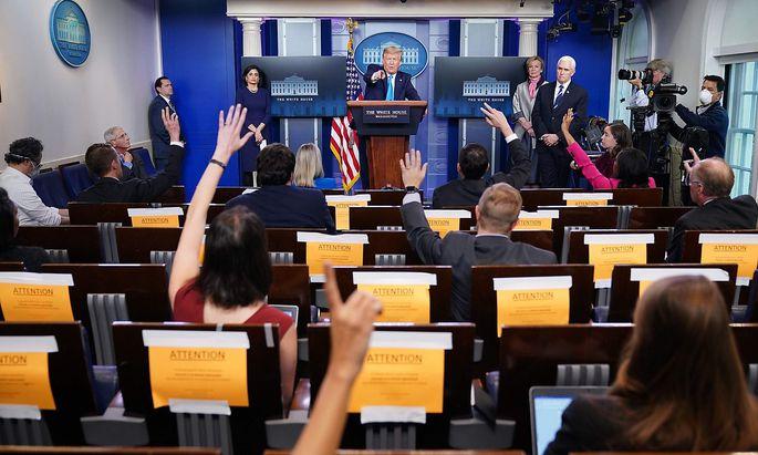 Donald Trump beim täglichen Schlagabtausch mit Journalisten zu Corona im Briefing Room des Weißen Hauses. Jetzt ernannte er eine neue Pressesprecherin.