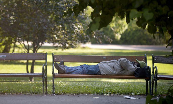 Symbolbild: Ein Mann auf einer Parkbank im Wiener Stadtpark.