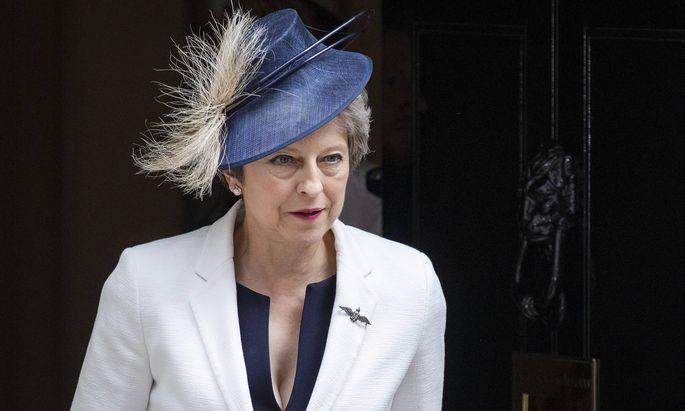 """Bleibt trotz Rücktritten und des starken internen Gegenwindes nun doch im Amt: Premierministerin Theresa May setzt weiterhin auf einen """"weichen Brexit"""" ."""