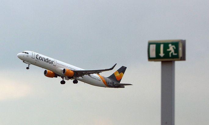 Airbus A321 der Thomas Cook Condor mit Registrierung D ATCB hinter einem Schild Notausgang beim Sta