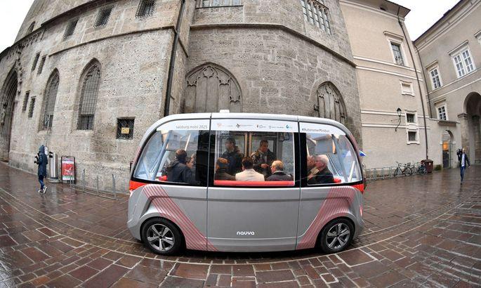 Der autonome Minibus soll in Salzburg künftig öfter durch die Straßen rollen.