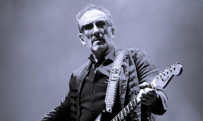 """""""Es gilt die Ornamente wegzuschneiden"""", sagt Elvis Costello: """"Mir geht es heute um möglichst einfachen Ausdruck."""" In den letzten Jahren hat er sich viel mit Jazz und Klassik befasst, bei seiner jetzigen Tournee mit den Imposters verzichtet er weitgehend darauf."""