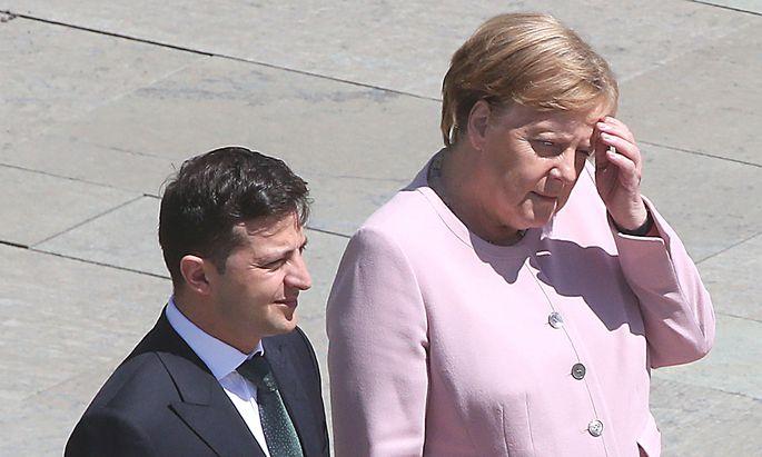 Angela Merkel begann beim Empfang von Wolodymyr Selenskyj plötzlich zu zittern.