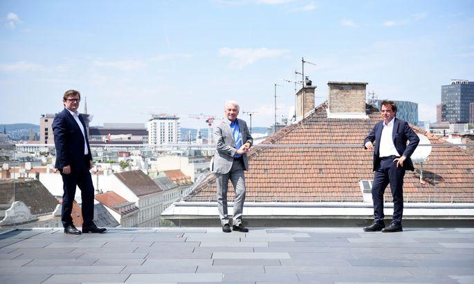 """Post-Generaldirektor Georg Pölzl auf dem Dach der Konzernzentrale, flankiert von """"Presse""""-Wirtschaftschef Gerhard Hofer und Chefredakteur Rainer Nowak."""