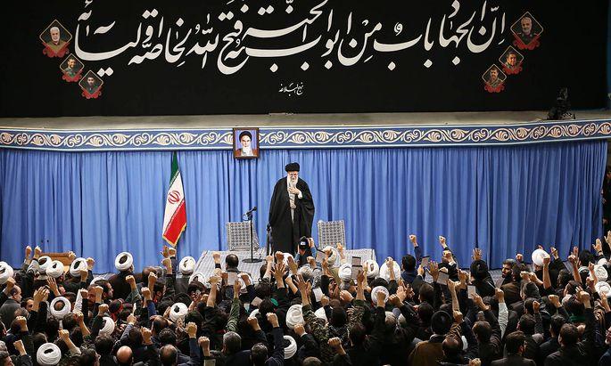 Ayatollah Ali Khamenei wiegelte seine Anhänger auf, beließ es aber vorerst bei einer limitierten Vergeltungsaktion für die Tötung Qasem Soleimanis.