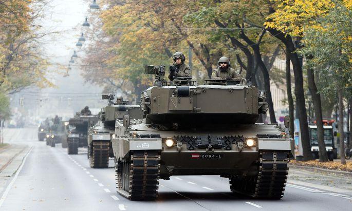 Panzer und Kettenfahrzeuge auf Wiens Straßen