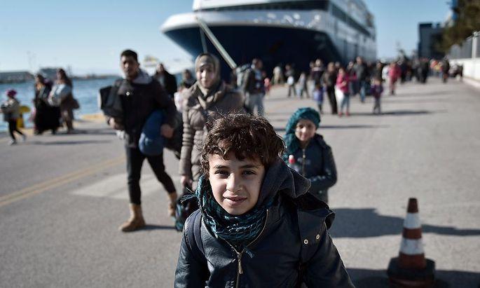 In Griechenland kommen immer mehr Frauen und Kinder an.
