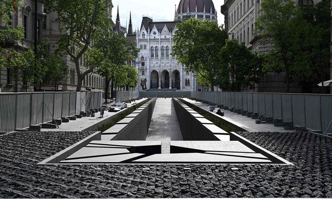 Eine 100 Meter lange Rampe, die nach unten führt: Das 15 Millionen teure Trianon-Denkmal im Budapester Zentrum.