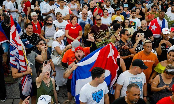 Bei seltenen Protesten in Kuba sind tausende Menschen gegen die kommunistische Regierung auf die Straße gegangen.