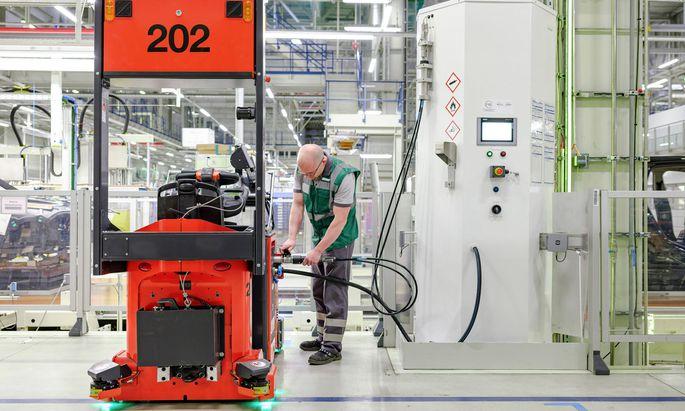Betankung eines Brennstoffzellen-Staplers im BMW-Werk in Leipzig.