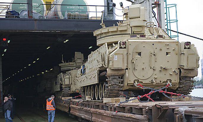 Ankunft der US-Fahrzeuge (hier ein Bradley) im Hafen von Batumi, Georgien