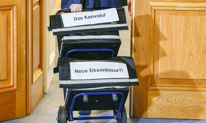 Aktenanlieferung in einer Sitzung des BVT-U-Ausschusses im Parlament (Archivbild)