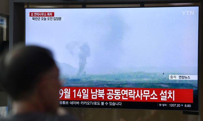 Rauchsäule über der Grenzstadt Kaesong im koreanischen Fernsehen