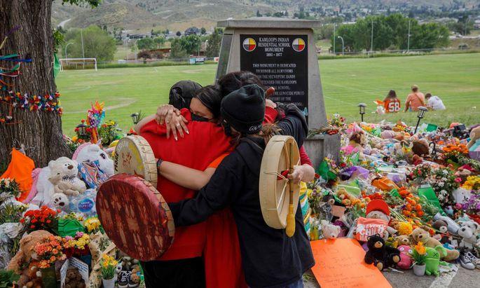 Menschen versammeln sich, um der toten Kinder auf dem Geländer der Kamloops Indian Residential School zu gedenken. (Archivbild)