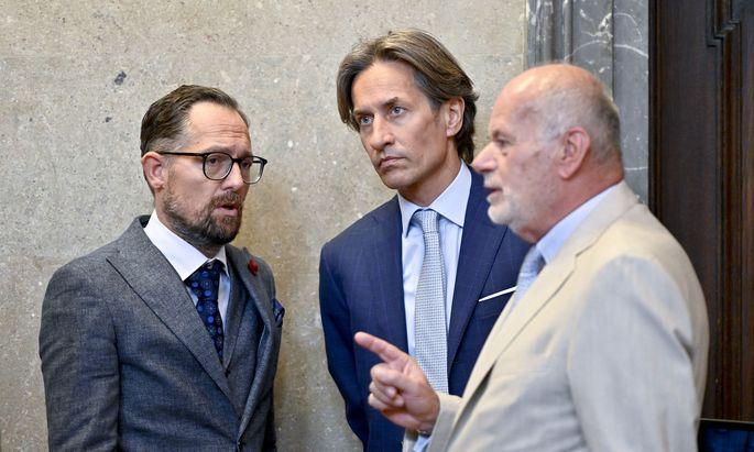 Der Angeklagte Karl Heinz Grasser (M) und die Anwälte Norbert Wess (L ) und Manfred Ainedter am Dienstag, 10. September 2019