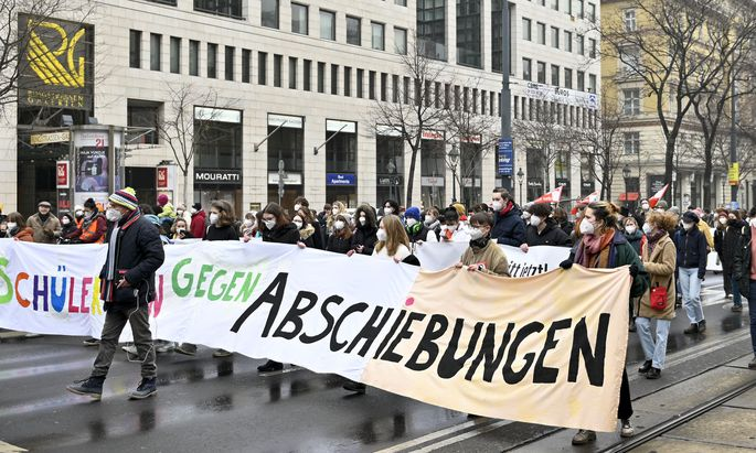 Demonstration gegen die Abschiebung von Schülern.