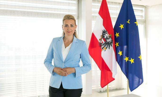 Aschbacher ist in Österreich nicht die erste Politikerin, die von Weber mit Plagiatsvorwürfen konfrontiert wird.