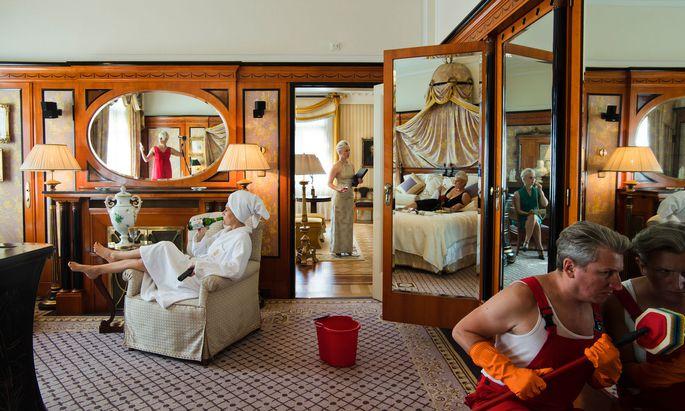 """Wer putzt? Wer liegt auf dem Sofa? Und wer angezogen im Bett? Das Duo Honey & Bunny zeigt das Projekt """"Putzen"""" im Alten Kino im Sandleitenhof. Dort geht es um """"Praktiken der Anerkennung in der Arbeitswelt""""."""