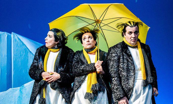 """Zauberhaft und intelligent: """"An der Arche um acht"""" von Ulrich Hub. Drei Pinguine (Frank Engelhardt, Alessa Kordeck, Stefan Rosenthal) erleben die Sintflut – im Renaissancetheater."""