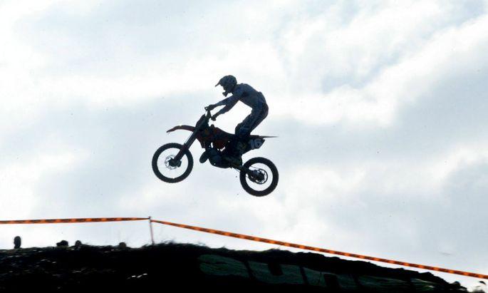 Ob ein Motocrossfahrer als Dienstnehmer gilt, hängt davon ab, wie stark er in den Betrieb seines Sponsors eingebunden ist.