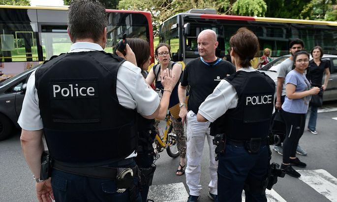 Die belgische Polizei am Tatort nahe einer großen Schule in der belgischen Stadt Lüttich.