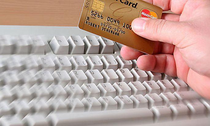 Tastatur und Kreditkarte - keyboard and a credit card